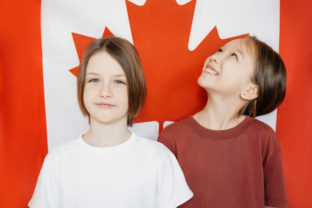 回流加拿大 的人士,包括加拿大公民或者加拿大永久居民(稱為擔保人),可以 擔保配偶 、 同居伴侶 和 海外出生子女(稱為申請人或被擔保人)移民加拿大。擔保人可以通過 Family Class 擔保居住在加拿大境外的被擔保人。